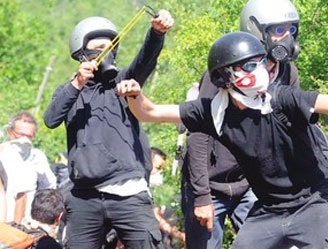 27 giugno 2012 Resistenti NOTAV mentre esercitano il  dialogo